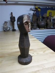 Maße Höhe 35,5 cm Durchmesser Sockel 12.5 cm, ausgesprochen sicherer Stand. Kegelform: Kopf 11 Rumpf 20 Sockel 4cm