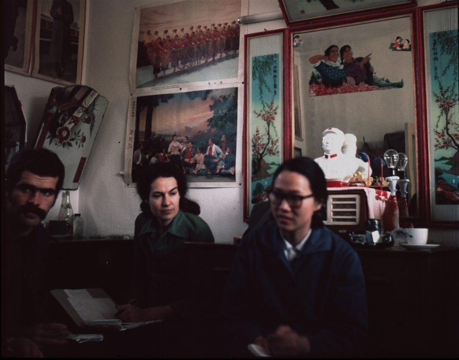 Tientsin - In der Arbeiterwohnung, im Vordergrund die Dolmetscherin