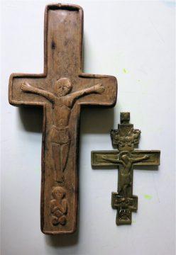 neben altrussischem Bronzekreuz