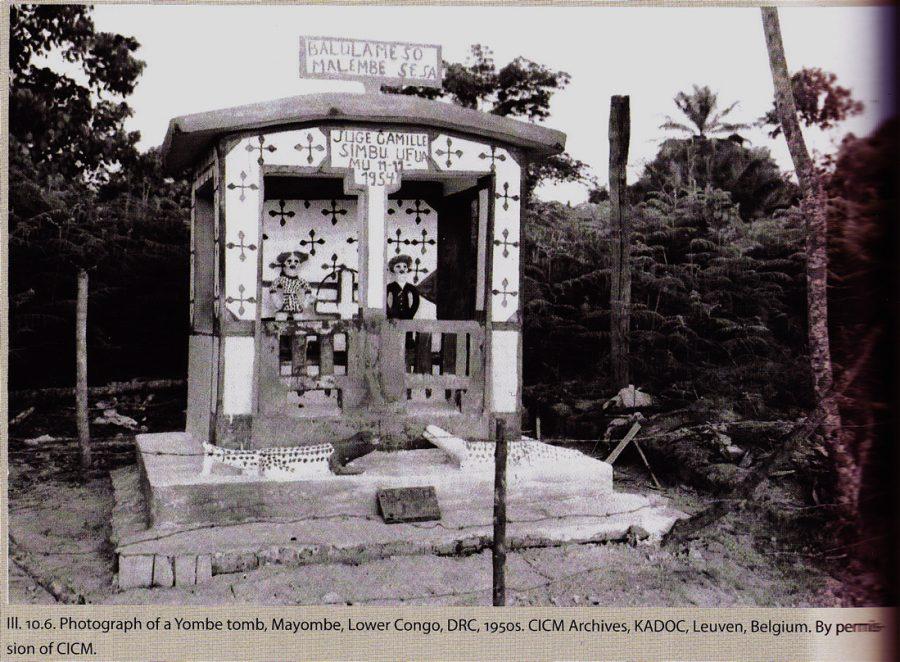 Dieser Schrein aus den fünfziger Jahren zeigt ein solches Ahnenpaar mit gleich Zwei 'Wachhunde' stehen vor der Hütte, beide mit Nägeln gespickt
