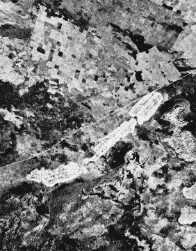 Nicolai LE KWILU 1963 photo aerienne 6 (Ausschnitt) - Dorf an der Steilwand, oben quadratische Felder , vor 1963